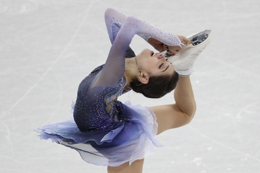 Евгения Медведева выиграла короткую программу, установив новый мировой рекорд.