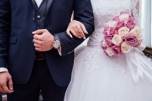 15 калининградских пар поженились в День святого Валентина.