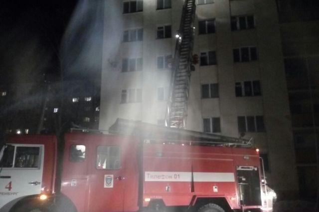 В Оренбурге на пожаре в общежитии погиб человек, 3 пострадали.