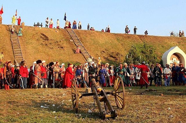 Около 200 участников реконструкции битвы казаков с турками съехались в Азов в 2017 году.