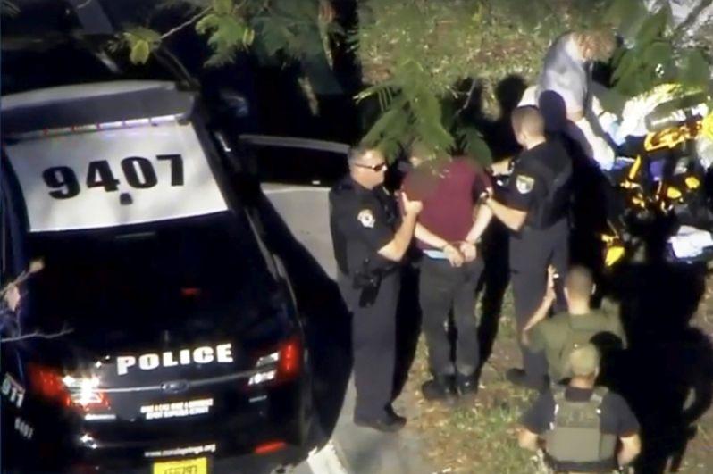 Судя по кадрам с места инцидента, полицейские обыскали нападавшего и в наручниках посадили в машину.