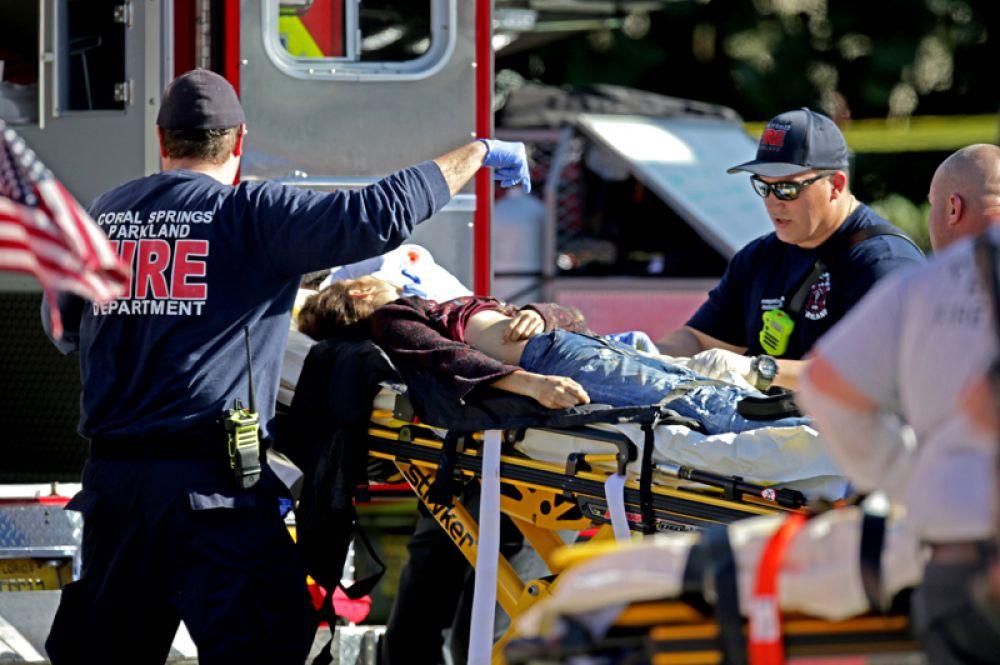 Пострадавшим в результате стрельбы оказывают помощь.