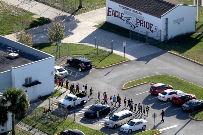 На месте ЧП работают экстренные службы. Детей из школы эвакуируют.