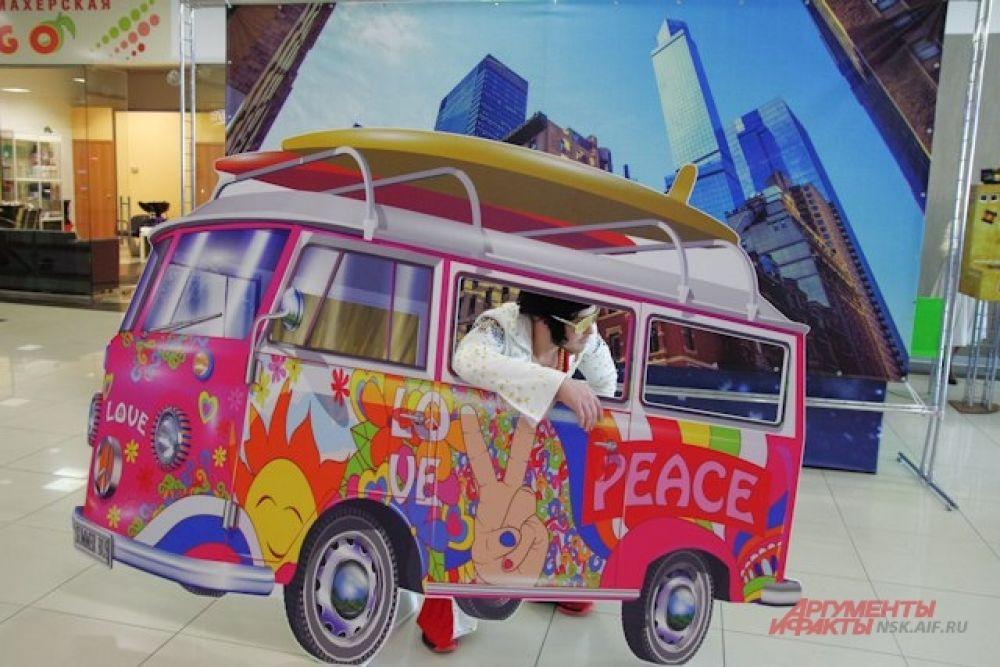 В ТЦ можно было сфотографироваться на фоне машины в стиле хиппи.