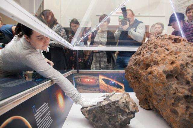 В честь юбилея падения метеорита жителям и гостям Челябинска разрешили прикоснуться к осколку небесного тела, который хранится в Историческом музее.