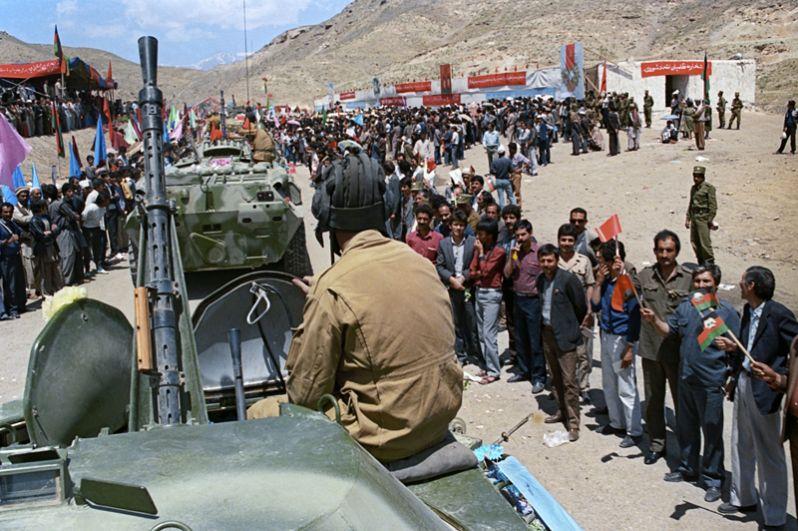 Жители Афганистана провожают советских воинов-интернационалистов.