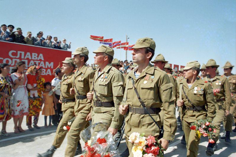 Воины-интернационалисты ограниченного контингента советских войск, выведенных из Афганистана, проходят в торжественном строю перед собравшимися жителями города Термеза в Узбекистане.
