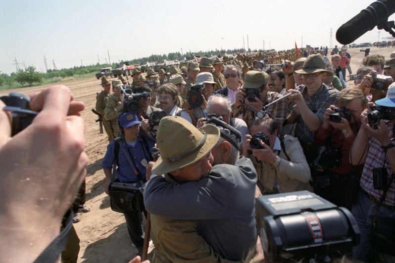 Прибытие возвращающихся на родину солдат в Термез.