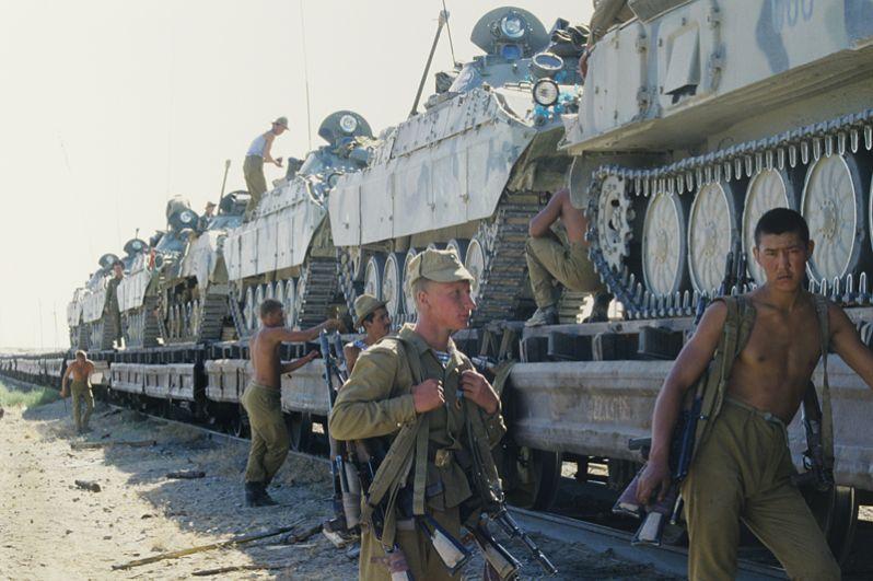 Погрузка боевой техники на железнодорожной платформе в Термезе (Узбекистан).