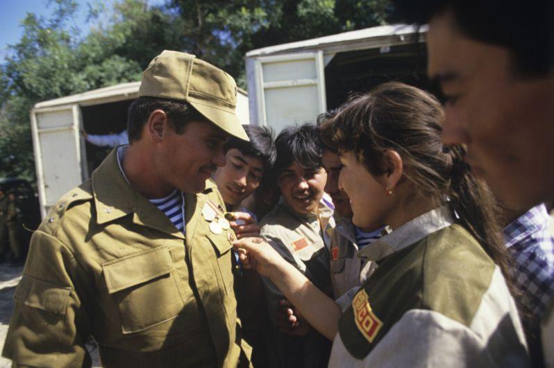 Воинов, вернувшихся из Афганистана, в городе Термезе встречают родные и близкие.