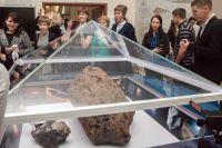 В честь пятилетнего юбилея сотрудники Исторического музея Южного Урала подняли купол над самым большим осколком метеорита.