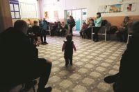 Обычная картина: родители с маленькими детьми томятся в очереди к педиатру по несколько часов