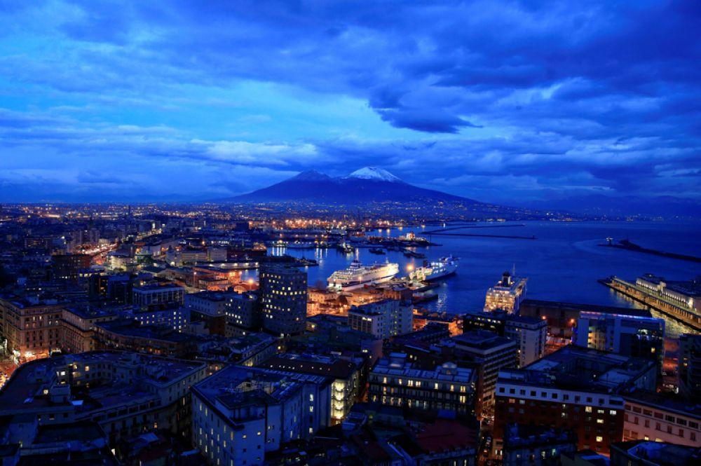 Гора Везувий, покрытая снегом, Неаполь, Италия.