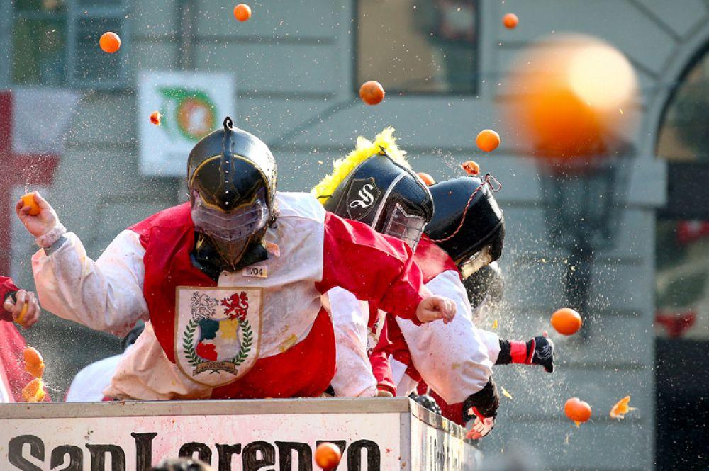 Карнавал в итальянском городке Ивреа, во время которого происходит традиционная «Битва апельсинов».
