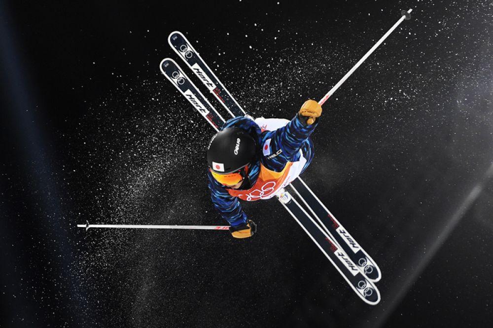 Ариса Мурата (Япония) в квалификационных соревнованиях по фристайлу в дисциплине могул среди женщин на XXIII зимних Олимпийских играх в Пхенчхане.