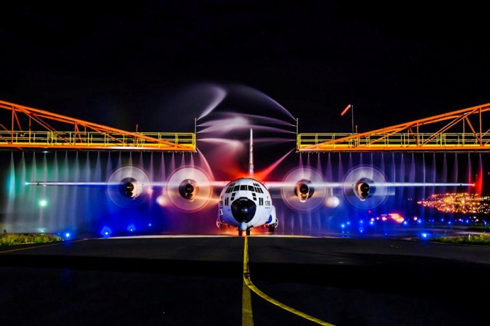 Самолет береговой охраны США HC-130 Hercules проходит обработку против соли в Барберс Пойнт, Гавайи.