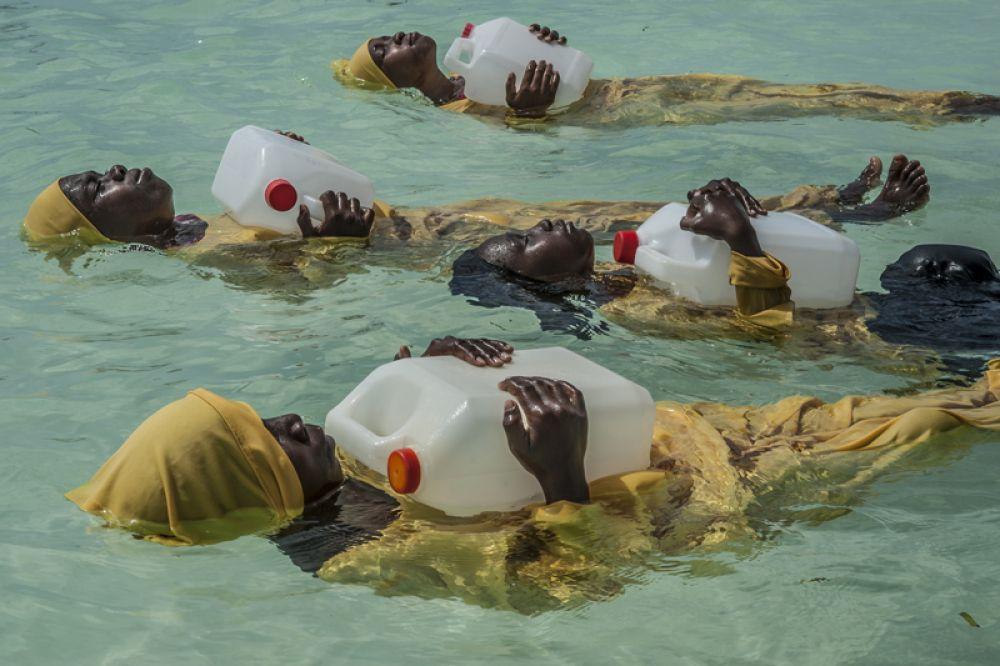 Девочки и женщины архипелага Занзибар редко умеют плавать. Проект «Панье» предоставляет им возможность обучаться плаванию в купальниках полной длины, чтобы не ставить под угрозу культурные или религиозные убеждения.