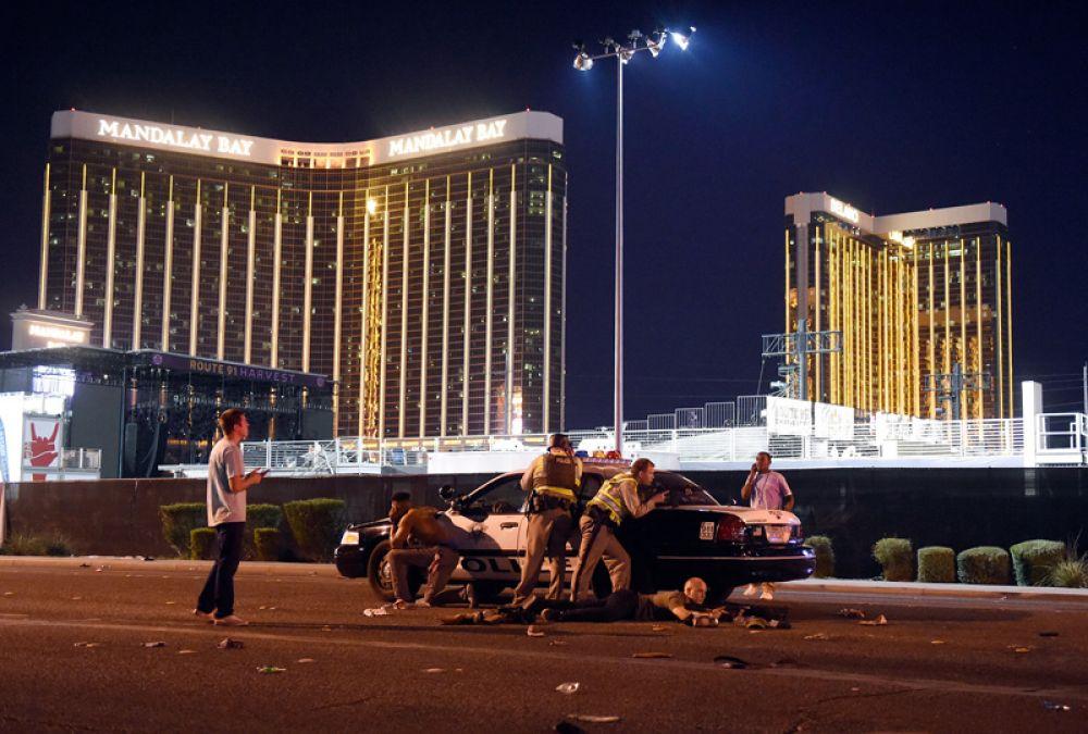 58 человек были убиты и более 500 ранены после того, как Стивен Пэддок открыл стрельбу по отдыхающим на фестивале кантри-музыки у отеля Mandalay Bay Resort and Casino в Лас-Вегасе, штат Невада, США.