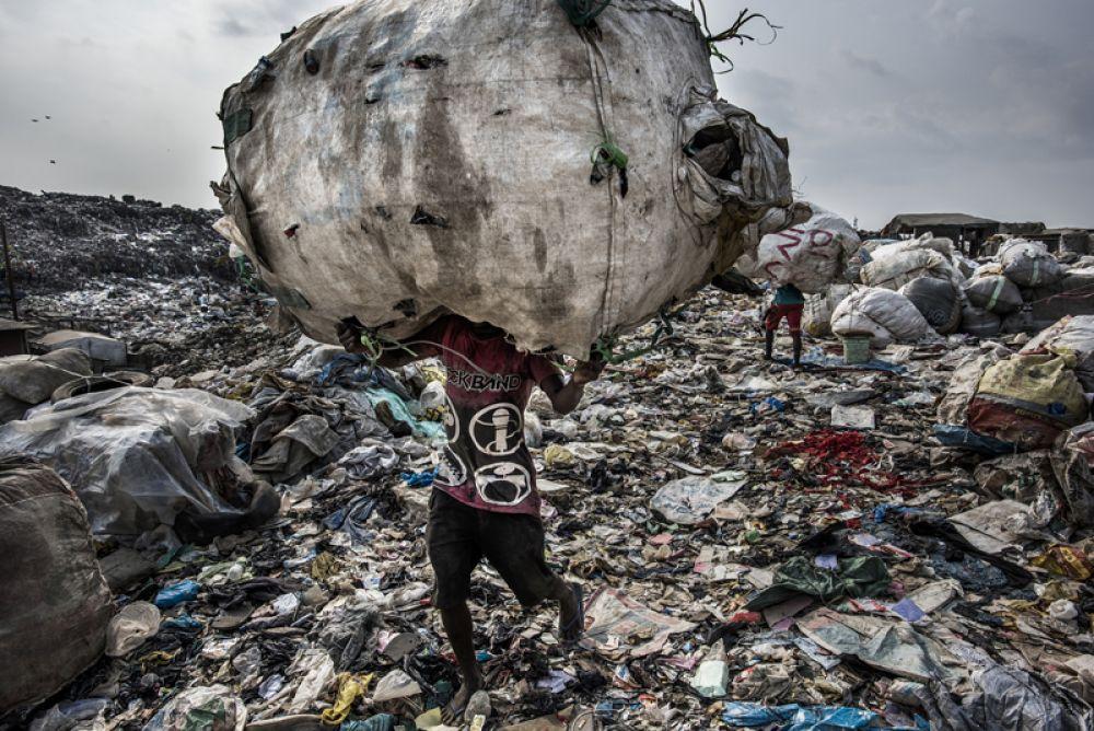 Люди производят больше отходов, чем когда-либо прежде. Снимок сделан в Лагосе, Нигерия.
