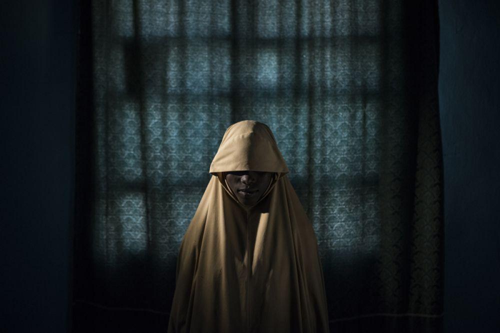 14-летняя Айша из Нигерии. После того, как девочка была похищена террористами из «Боко Харам», она должна была стать смертницей, но ей удалось бежать и спастись.