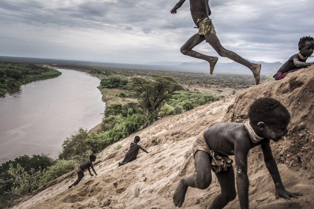 Регион долины Омо в Эфиопии является чрезвычайно хрупкой природной средой, в которой проживает около 200 000 жителей самых разных этнических групп. Эта область быстро меняется в результате строительства плотины, которая оказывает серьезное экологическое и социально-экономическое воздействие на регион.