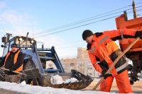 Коммунальщики вывозят снег с омских дорог ежедневно.
