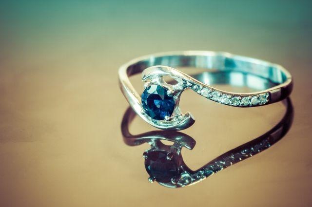 Мужчина пытался отобрать кольцо.