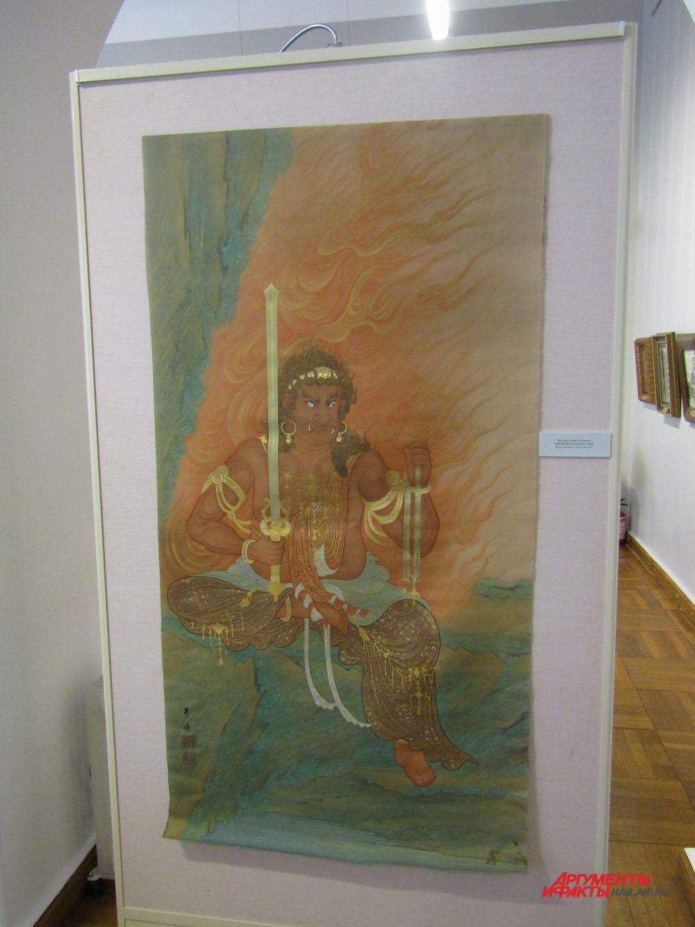 Картина выполнена на шёлке. Кто точно изображён на полотне неизвестно, предположительно один из воинствующих синтоистских богов.
