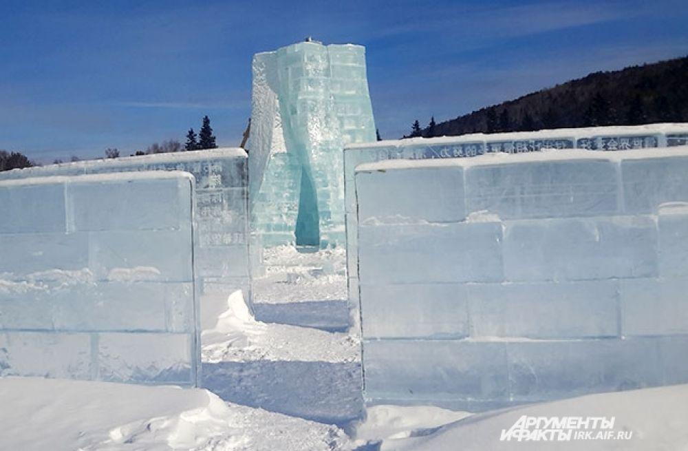 Ещё одно новшество Ледяной библиотеки чудес этого года - ледяная стела в центре лабиринта, зайдя в которую, по словам авторов идеи, можно будет направить свою мечту прямо во Вселенную.