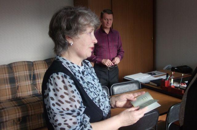 Зоя Лукьянова получает награду отца.