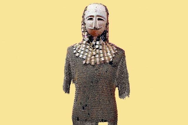 Эти доспехи уникальны тем, что в них сочетаются элементы, характерные для разных периодов. Сложное боевое оголовье включает маску, личину, навершие и кольчато-пластинчатую бармицу.