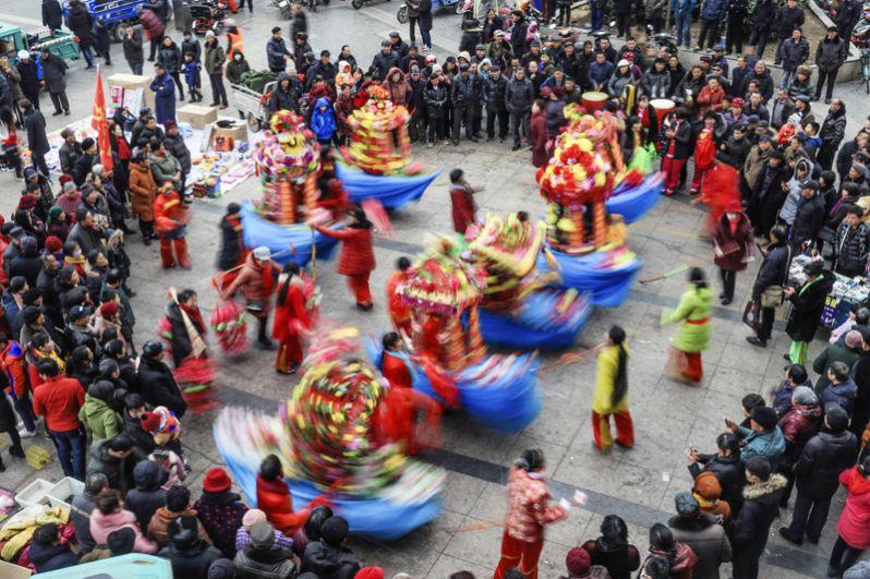 Танцоры в округе Сюйи в восточном Китае.