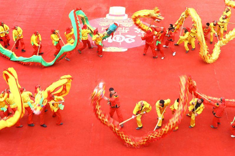Артисты исполняют «танец дракона» в округе Сюйи в восточном Китае.