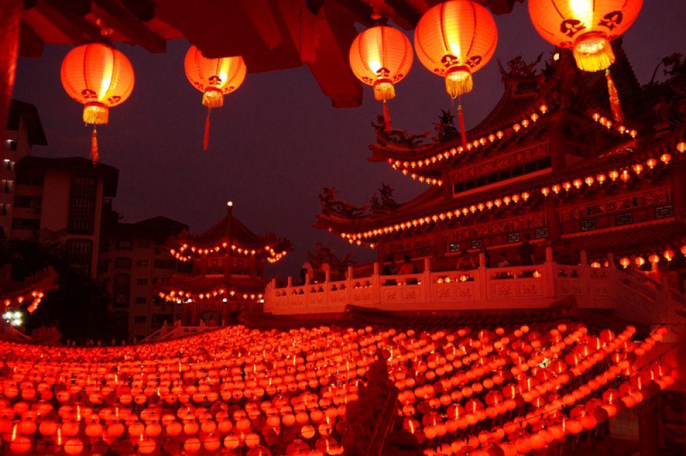 Храм Тянь Хоу, украшенный в честь празднования Нового года, Куала-Лумпур, Малайзия.