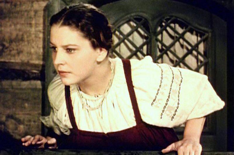 В кино Эльза Леждей дебютировала в 1954 году в исторической драме Юрия Егорова «Море студеное», о жизни поморов XVIII века, где исполнила роль поморки Варвары.
