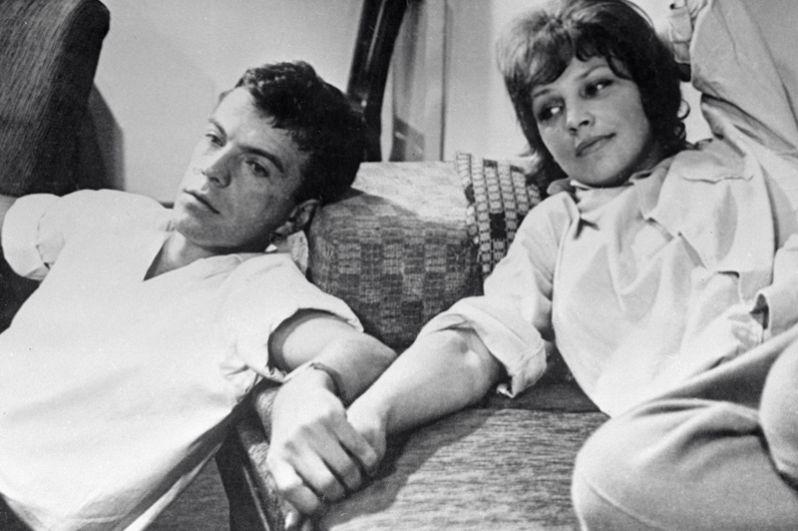 В 1964 году на съемках фильма «Хоккеисты» у Леждей, игравшей жену главного героя, начался роман с Вячеславом Шалевичем. Актеры были вместе около двух лет.