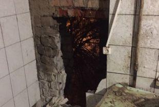 Стена обрушилась в ванной комнате.