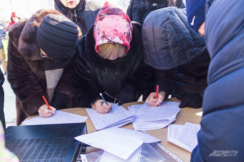 Вкладчики собрали подписи под обращением в Москву. Они требуют от главы АСВ лично контролировать работу конкурсных управляющих Татфондбанка и Интехбанка.