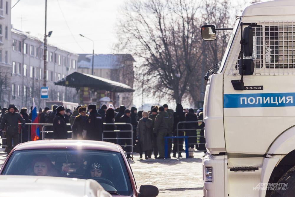 К месту митинга пригнали полицию, но обошлось без эксцессов.