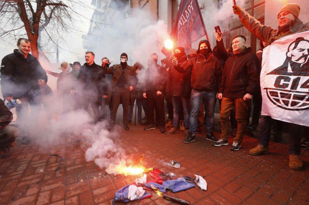 Участники антироссийской акции радикалов в Киеве.