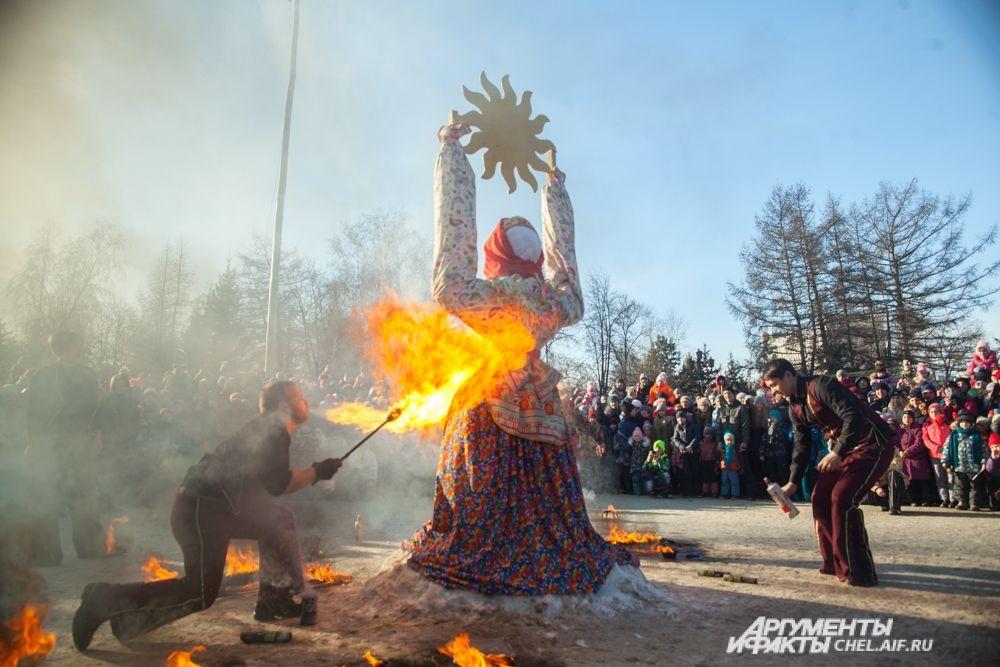 Масленица сгорела - челябинцы проводили зиму.