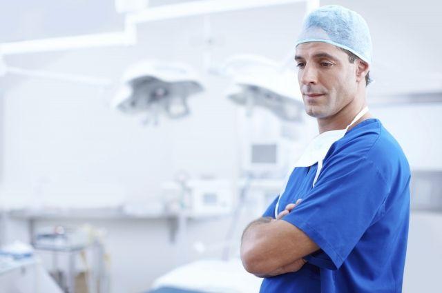 По словам Дмитрия Матвеева, средняя зарплата врачей в лечебных учреждениях региона – 59 тысяч рублей. Это – сумма до вычета подоходного налога, который составляет 13%. На руки врач в среднем получает  около 51,3 тысячи, пояснил министр.