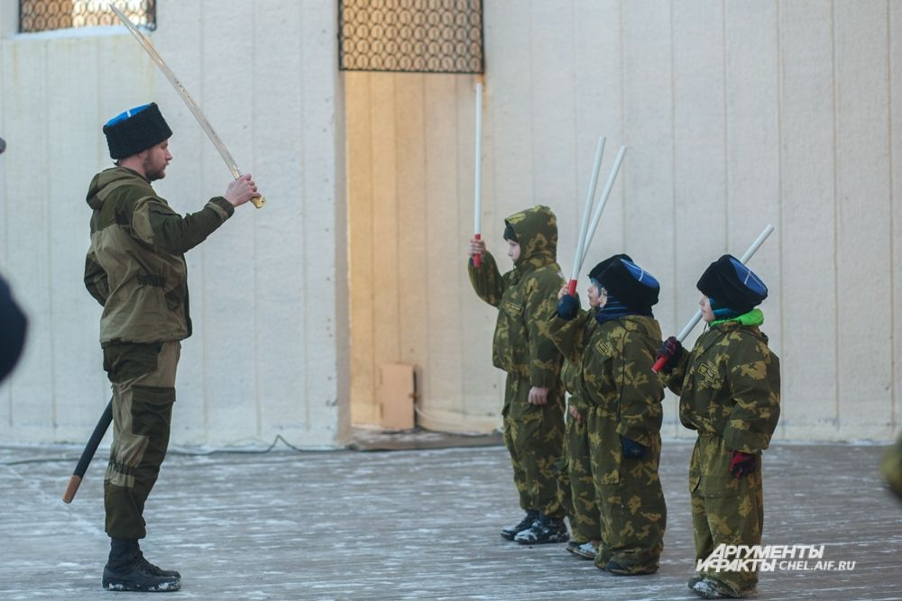 На праздник заглянули и казаки - правда, совсем юные.