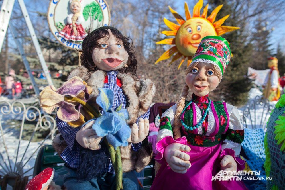 Мастера представили множество кукол - некоторые из фигур изображали Масленицу, другие - персонажей в народных костюмах.