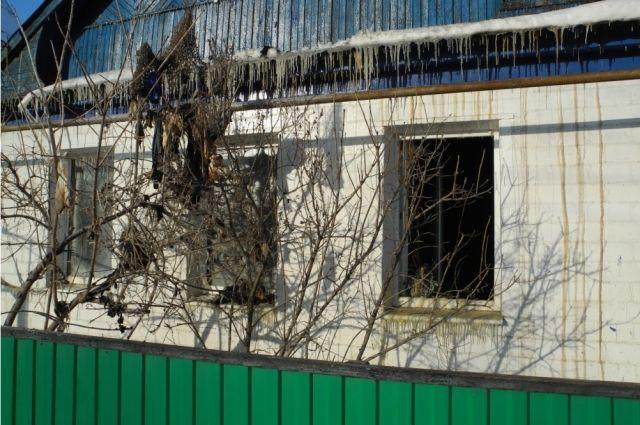 В Кувандыке полицейские и спасатели вынесли из горящего дома пенсионерку.