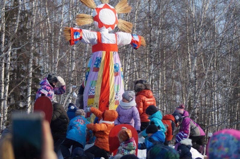 Кульминацией праздника стал штурм снежной крепости и сожжение чучела зимы.