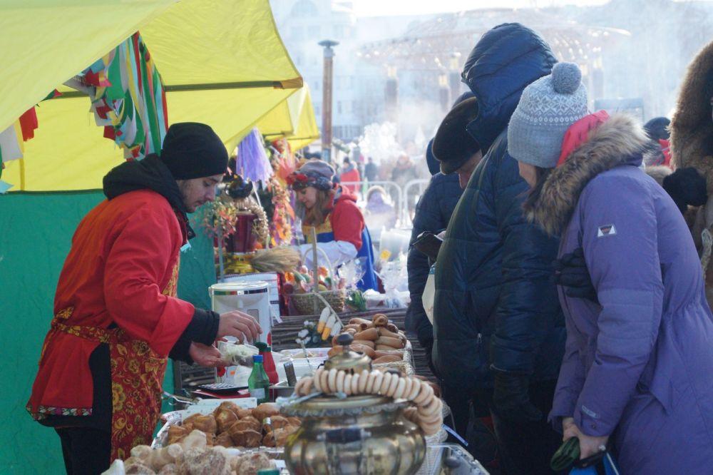 Угощения и сувениры можно было купить на ярмарке.