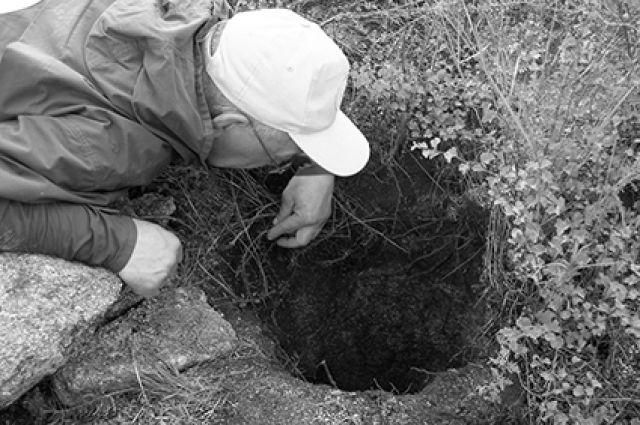 Неожиданно появившееся круглое отверстие в земле. Алтай 2006 год