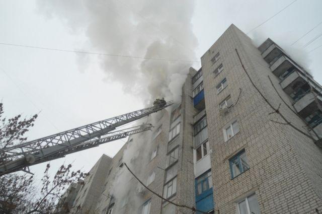 11 взрослых и двоих детей спасли на пожаре в Кемерове.