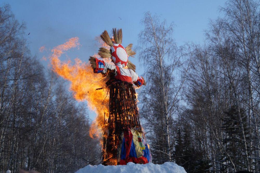 Чучело зимы сожгли под ликующие крики толпы.